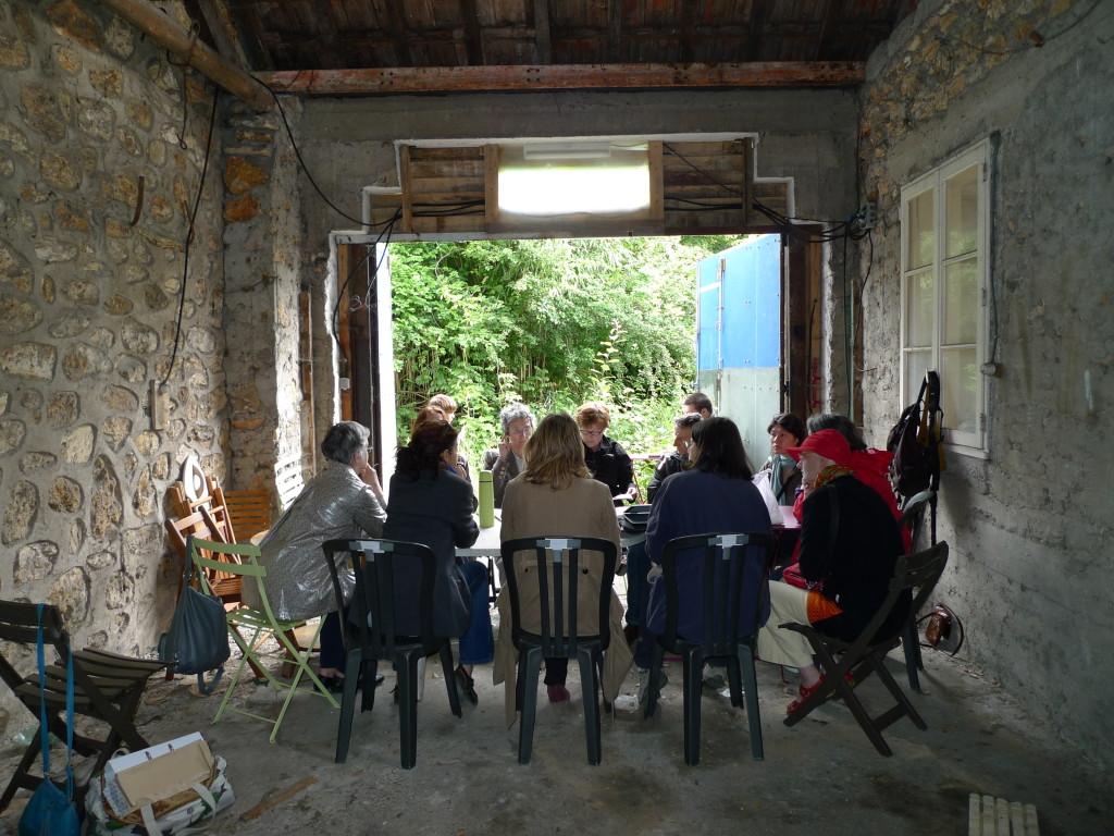 une réunion du groupe sur le terrain